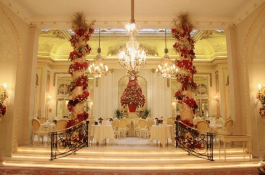 Magnificent christmas decoration at hotel ritz london for Home decorations london