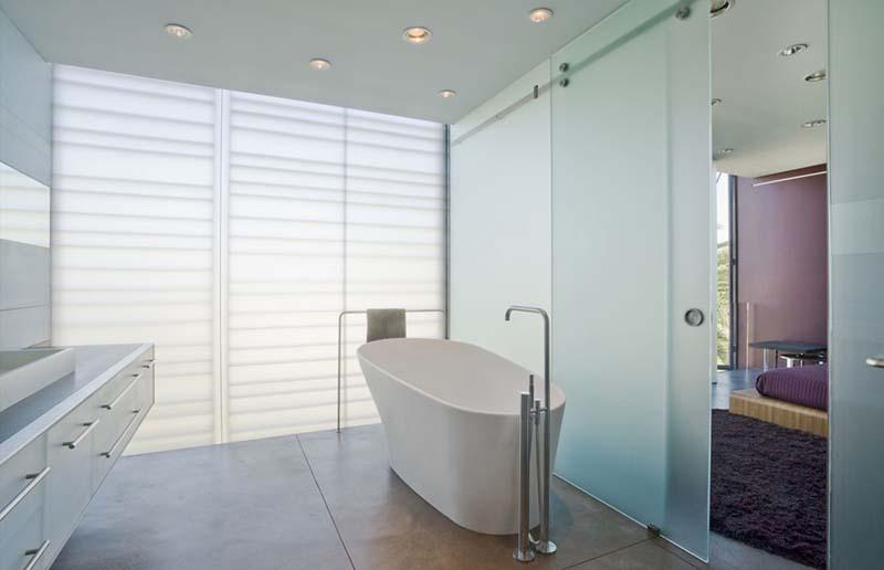 Hover House 3 bathtub