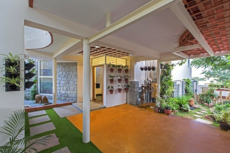 Interior that blends traditional Indian features and modern style4