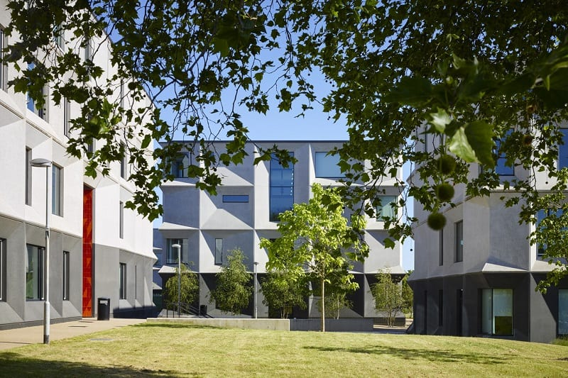 Secondary school with contemporary design in London1