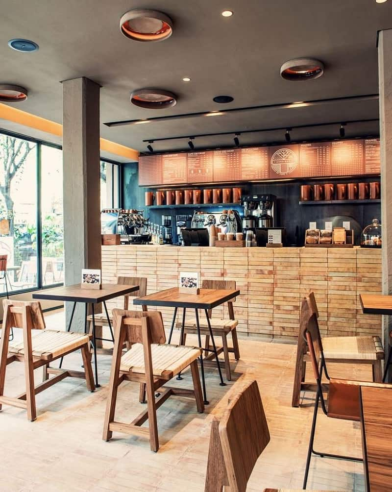 Bright interior with earth colors and wooden elements in the cafe Tierra Garat3