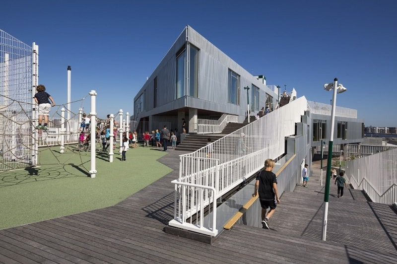 A school with large urban platforms that encourage socialization among children1