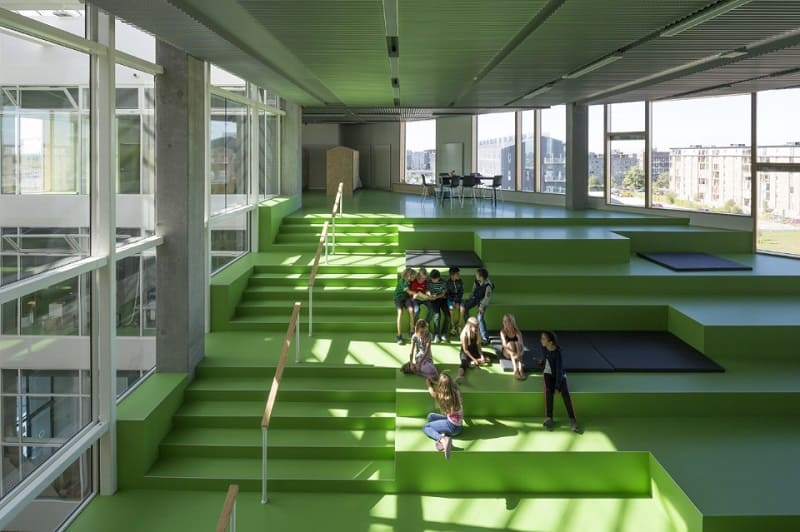 A school with large urban platforms that encourage socialization among children2