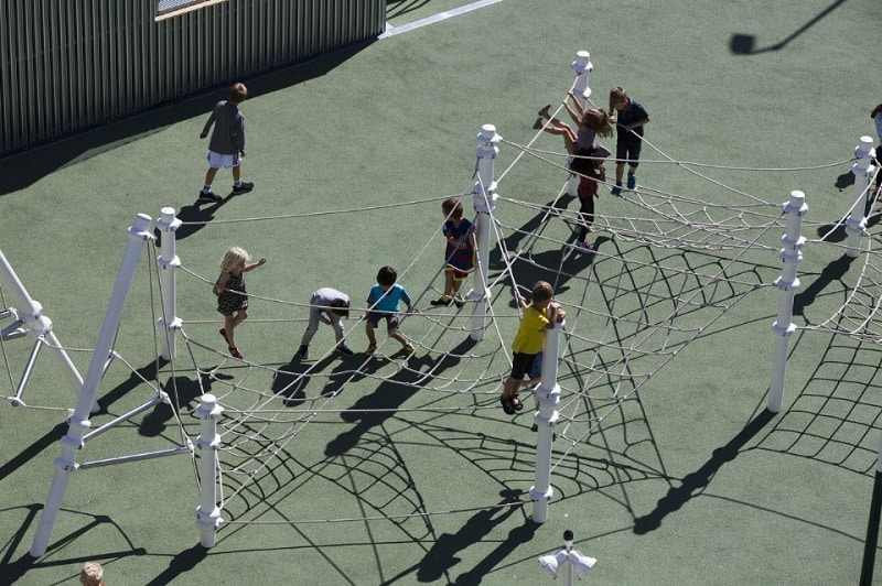 A school with large urban platforms that encourage socialization among children5