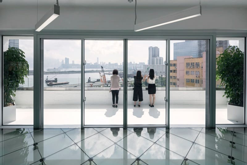 business-interior-completely-made-of-glass2