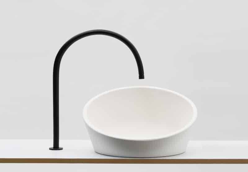 Un lavabos Tilting Sink by Gwenole Gasnier