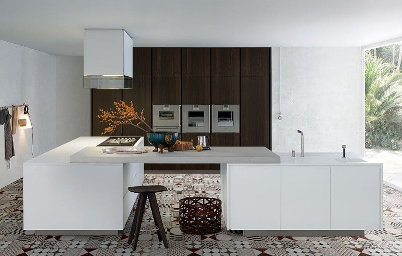 Modern spacious kitchen designs by Varenna