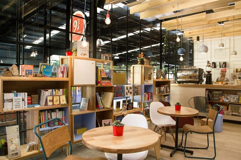 Bookstore-café with a warm appealing interior5