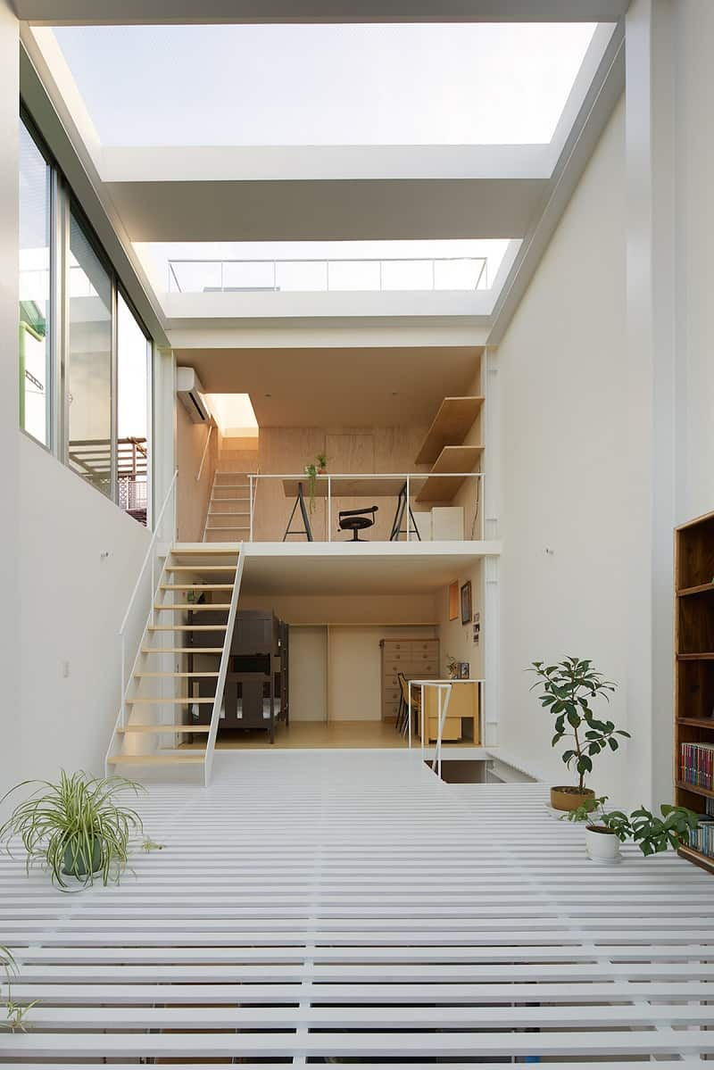 Small family house that breaks the barriers between the ...