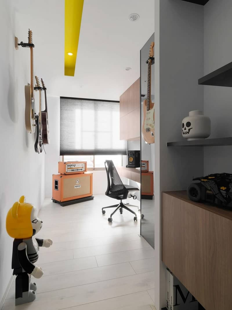 Minimalist black-and-white apartment with yellow accents4