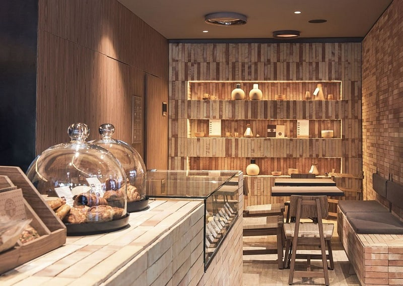 Bright interior with earth colors and wooden elements in the cafe Tierra Garat1