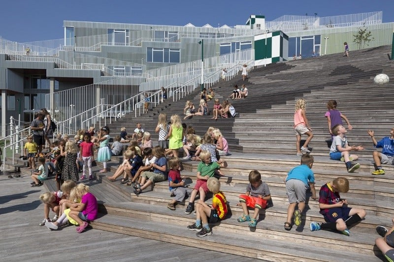A school with large urban platforms that encourage socialization among children