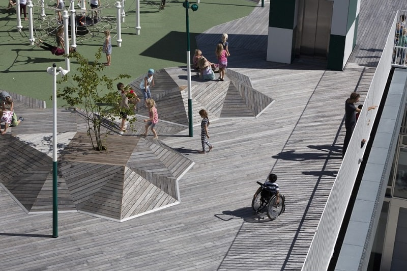 A school with large urban platforms that encourage socialization among children4